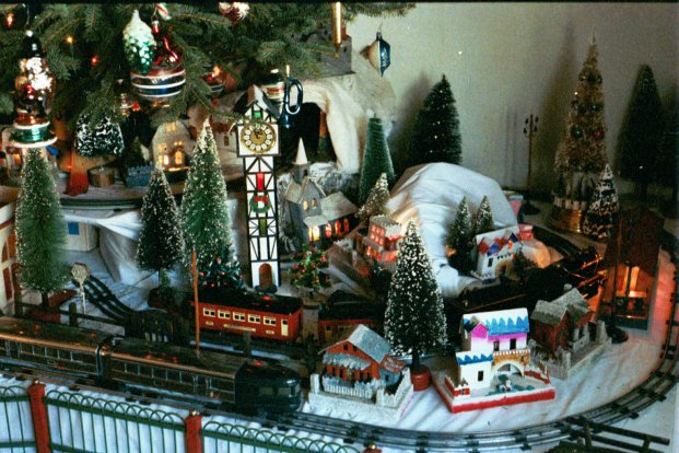 chistmas trains layout - Train For Around Christmas Tree